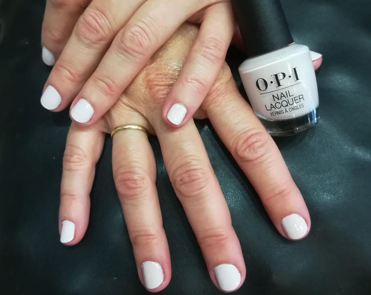 manicura uñas opi color blanco