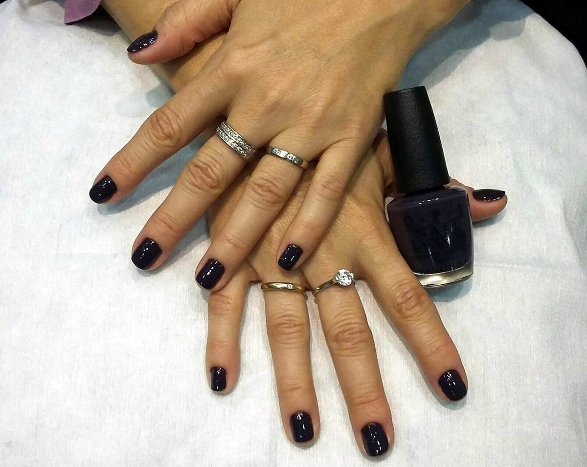 manicura uñas opi color violeta