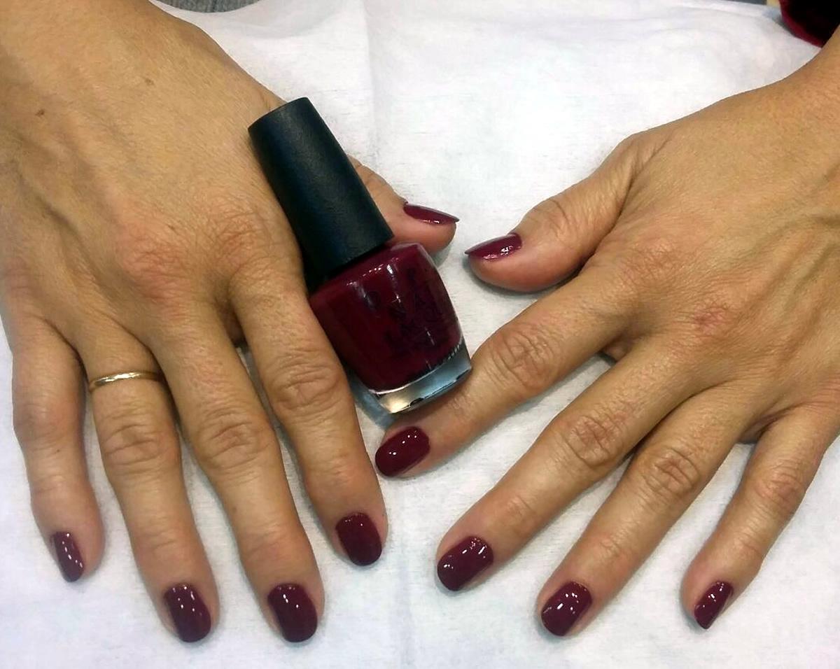 manicura uñas opi color cereza
