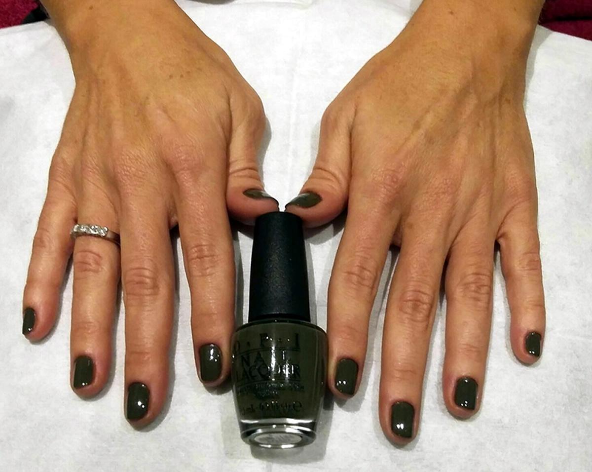 manicura uñas opi color verde militar