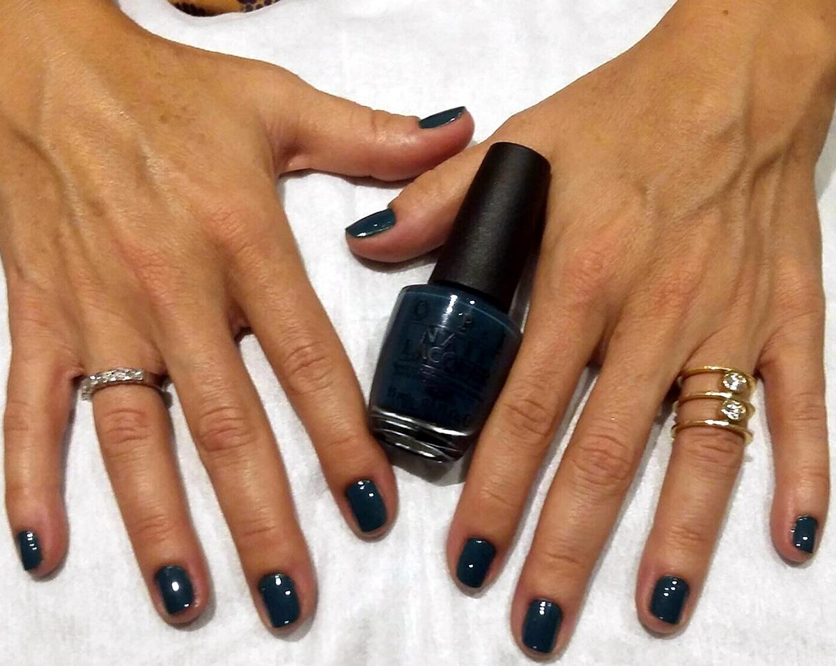 manicura uñas opi color azul oscuro